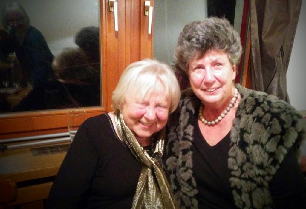 Marianne Hoffmann und Marion Schlude trinken Sekt und freuen sich über ihr tolles Ergebnis